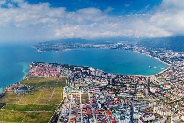 A bela cidade litorânea está localizada na costa de uma pitoresca baía redonda