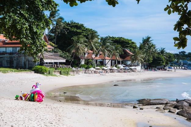 A bela costa com areia branca e um bangalô