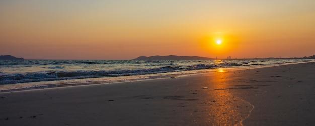 A bela luz do pôr do sol na praia rayong, tailândia