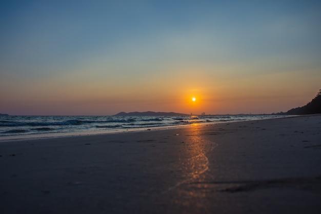 A bela luz do pôr do sol na praia