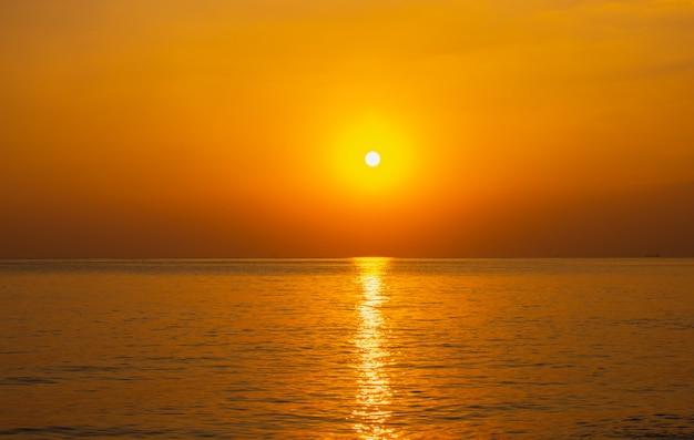 A bela luz do pôr do sol no mar