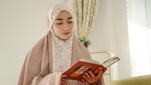 A bela muçulmana asiática entende o conteúdo do alcorão