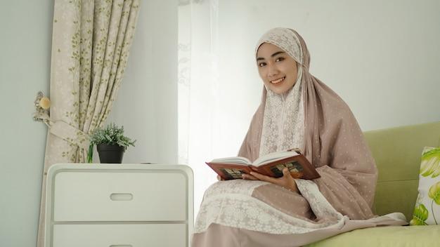 A bela muçulmana sorridente