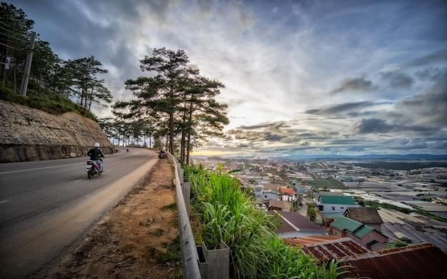 A bela paisagem da estrada e vila durante o nascer e o pôr do sol.