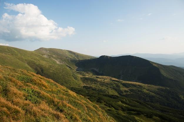 A bela paisagem das verdes montanhas europeias
