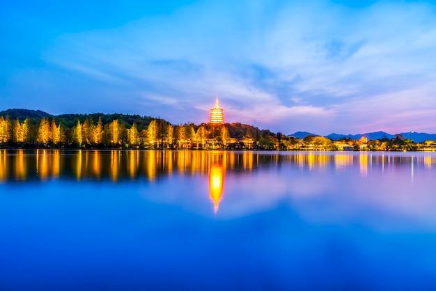 A bela paisagem e paisagem arquitetônica do lago oeste em hangzhou