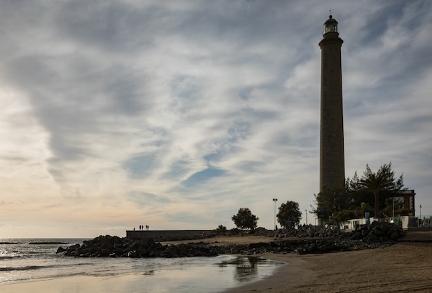 A bela praia de maspalomas, com faro de maspalomas ou farol de maspalomas, gran canaria, espanha