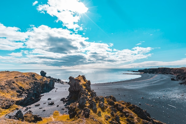 A bela praia de pedra preta acima da costa de snaefellsnes. islândia