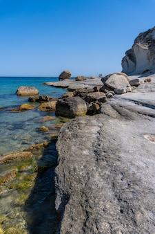 A bela praia do enmedio em cabo de gata em um lindo dia de verão, almería