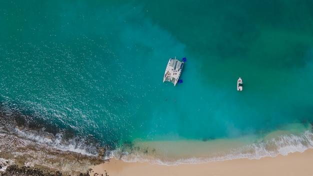A bela praia tropical de zoni localizada em culebra, puerto rico. zangão