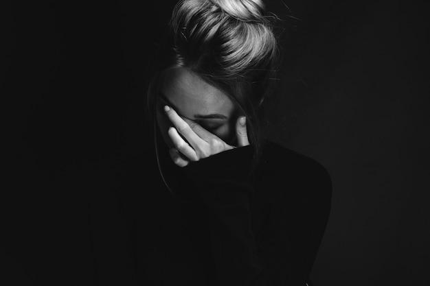 A beleza da garota, o retrato de contraste emocional