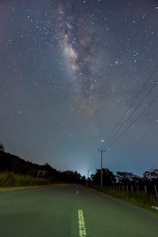 A beleza da via láctea na estrada à noite