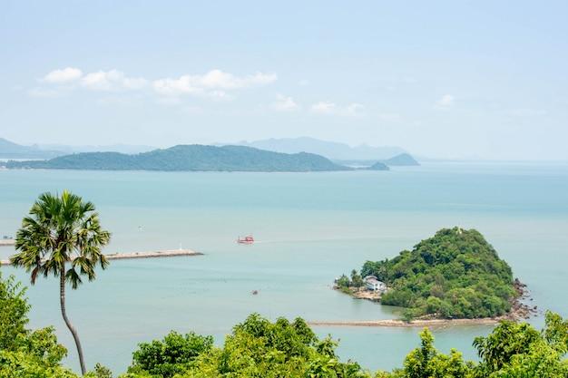 A beleza de koh mattaphon e os barcos de pesca no mar em chumphon na tailândia.