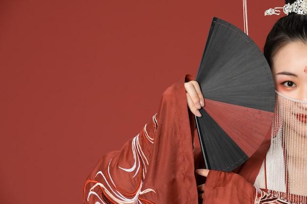 A beleza do antigo estilo hanfu cobria o rosto com um fa