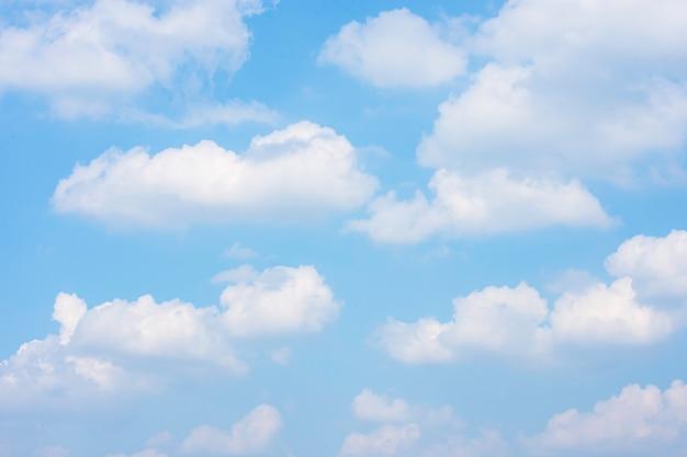 A beleza do céu com nuvens e o sol no verão.