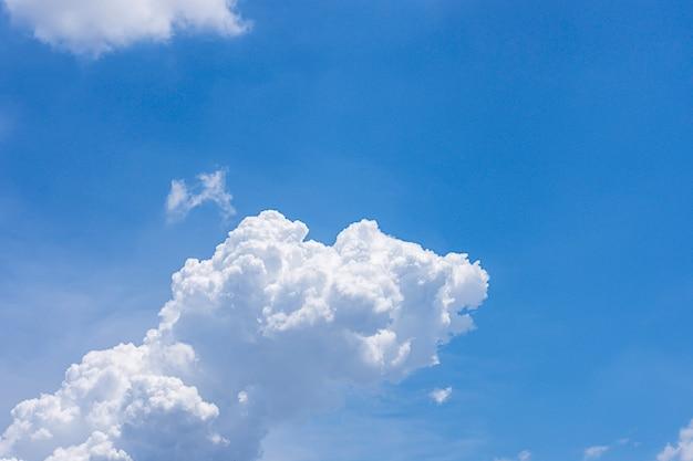 A beleza do céu com nuvens e o sol.