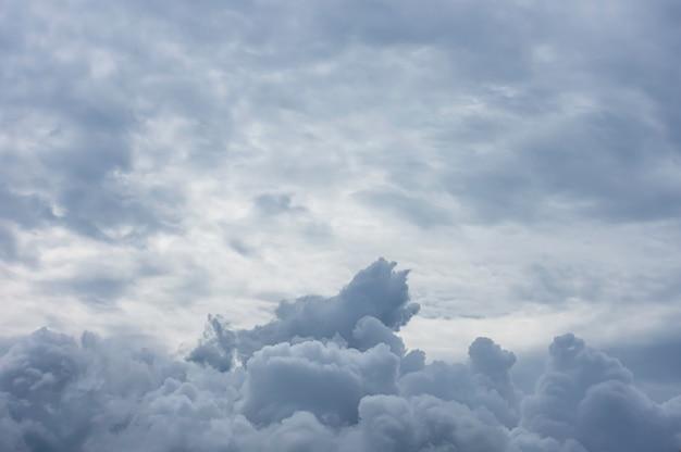 A beleza do céu e a nuvem de chuva no tempo do dia.