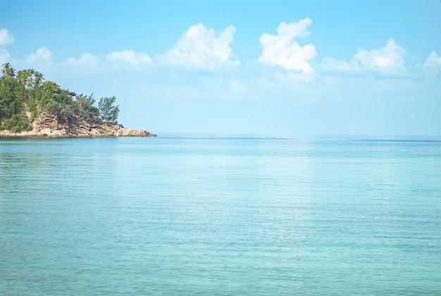 A beleza do céu e do mar na praia da salada de haad no koh phangan, suratthani em tailândia.
