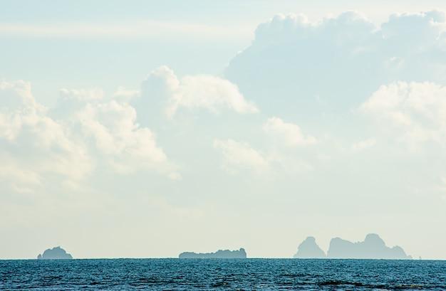 A beleza do céu no mar e koh em chumphon na tailândia.
