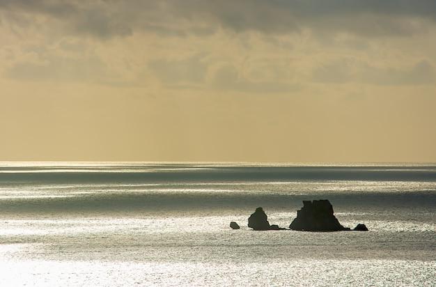 A beleza do céu no mar e na ilha em chumphon em tailândia.