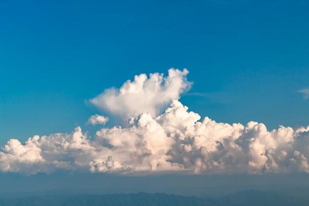 A beleza do céu quando a luz atinge as nuvens e a montanha.