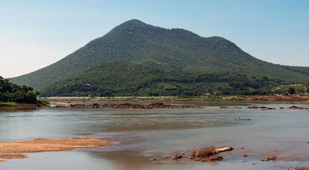 A beleza do rio e das montanhas de mekong na província de nong khai de tailândia.