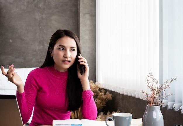 A, beleza, mulher, usando, telefone móvel, para, trabalho