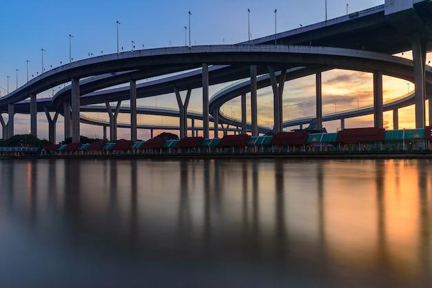A, bhumibol, ponte, com, céu azul, e, pôr do sol, em, a, noite, em, bangkok, tailandia