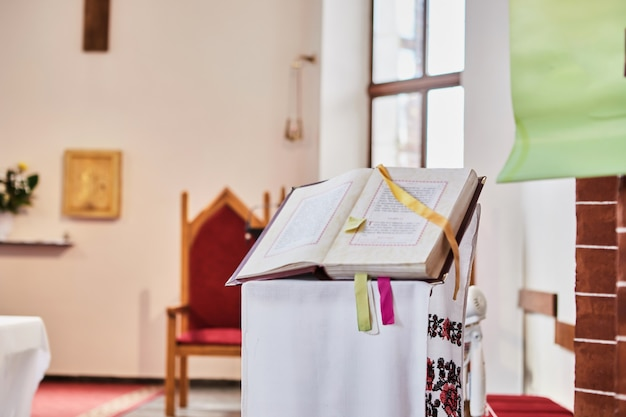 A bíblia está em um pedestal durante o casamento em uma igreja católica