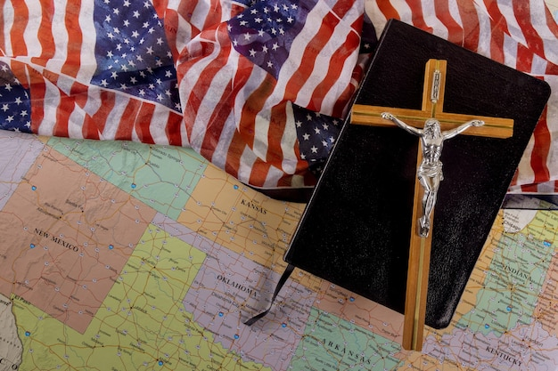 A bíblia sagrada do cristão cruza a esperança da humanidade pela salvação no caminho para deus através da oração na bandeira americana e no mapa dos eua