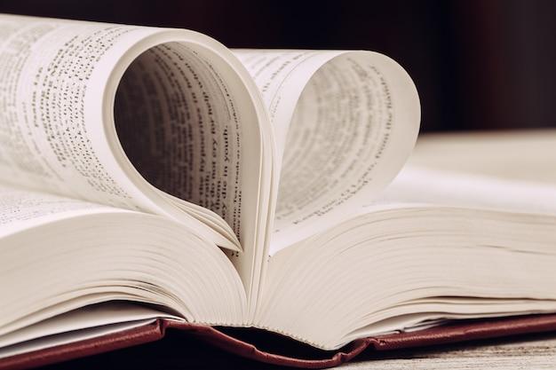 A bíblia sagrada em uma mesa de madeira