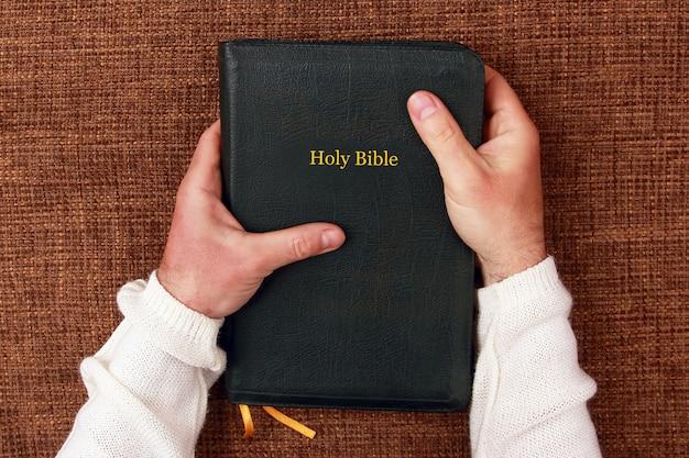 A bíblia sagrada nas mãos do homem