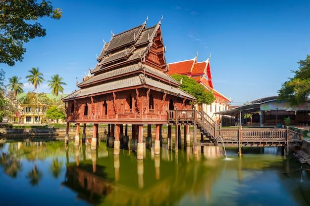 A biblioteca sobre palafitas no templo de wat thung si muang em ubon ratchatani em isan
