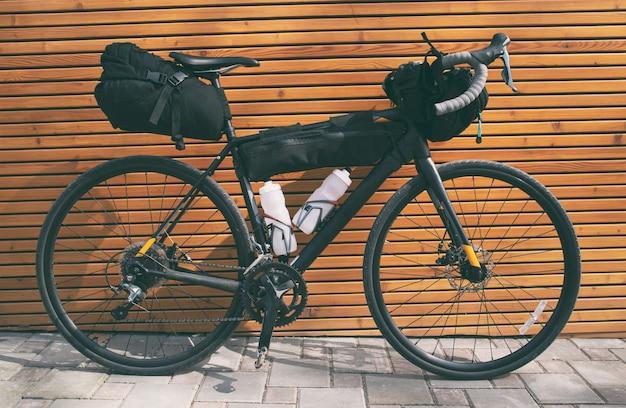A bicicleta carregada com muitas malas e outros equipamentos prontos para a aventura e a viagem