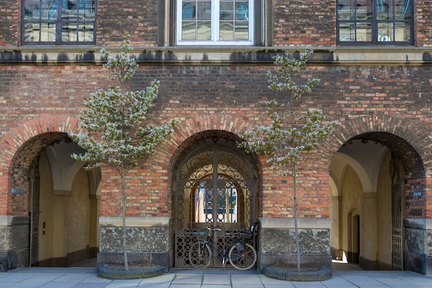 A bicicleta estacionou na frente do edifício, copenhaga, dinamarca.