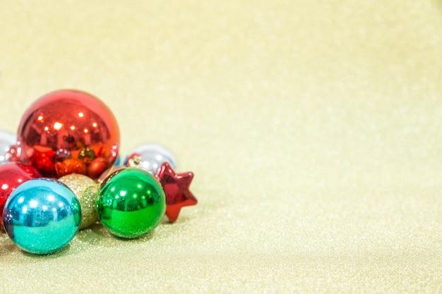 A bola de chirstmas gloden o fundo para a celebração e o festival. copie o espaço.