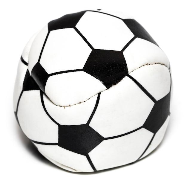 A bola de futebol de couro isolada no branco com traçado de recorte.