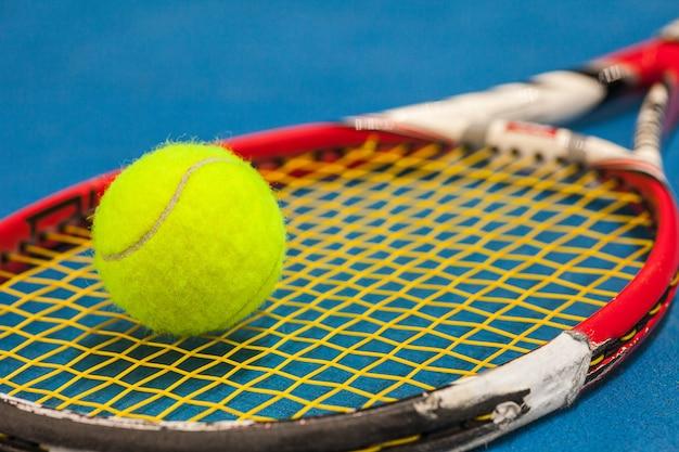 A bola de tênis em uma quadra de tênis