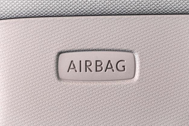A bolsa a ar assina dentro o carro. conceito de segurança do carro.