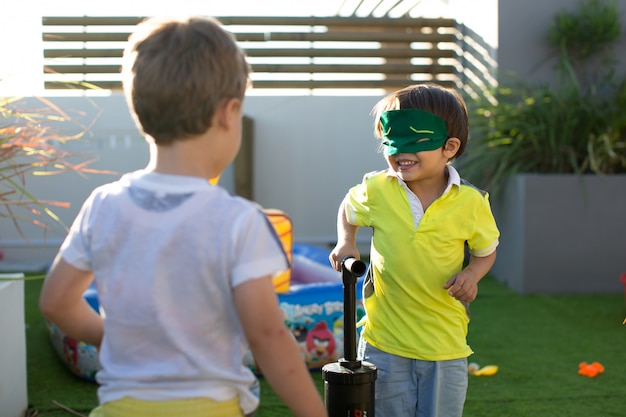 A bomba infantil infla balões na festa de aniversário de uma criança.
