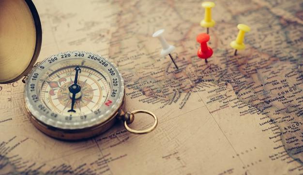A bússola de ouro é colocada no mapa do mundo.