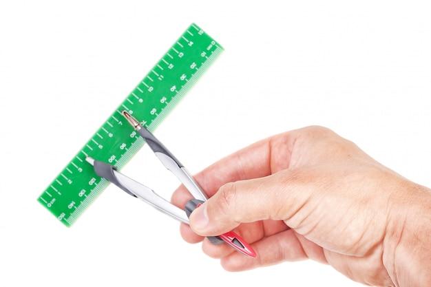 A bússola e a régua na mão do arquiteto. para uma medição precisa.