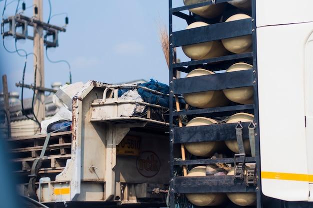 A cabeça de um caminhão equipado com um tanque de gasolina atrás da cabeça do carro.