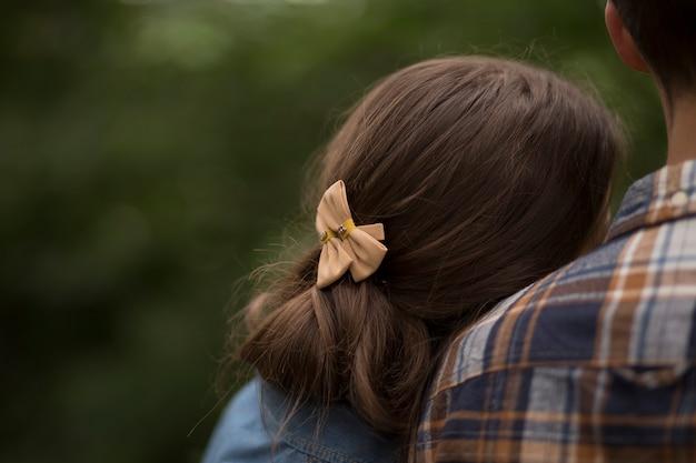 A cabeça de uma garota no ombro de um homem um tiro pelas costas close