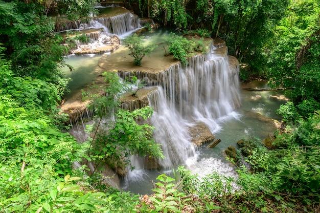 A cachoeira bonita é cachoeira do kamin dos mae de hua do nome no parque nacional de erawan, província de kanchanaburi, tailândia.