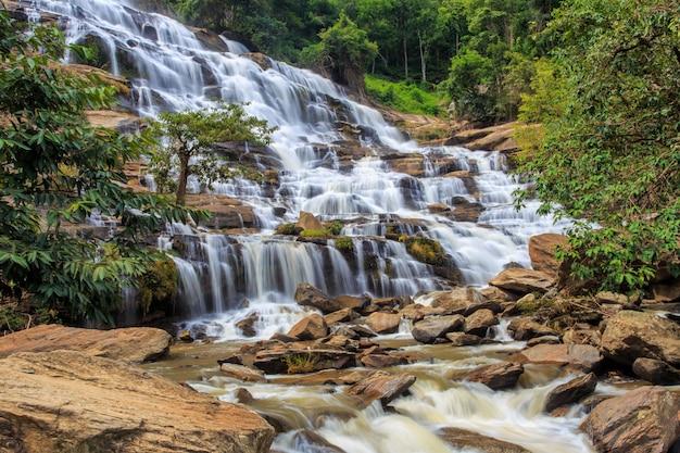 A cachoeira de mae ya é uma cachoeira bonita em chiang mai, tailândia.