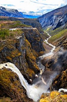 A cachoeira voringfossen e o rio fluindo pela garganta