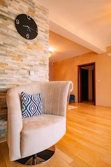 A cadeira no design do apartamento no interior do apartamento