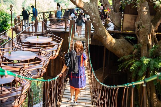 A cafetaria gigante na árvore grande na vila de homestay de mae kampong, chiang mai thailand