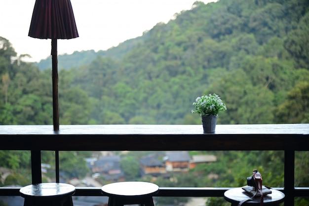 A cafeteria de alta vista do chom nok chom mai em mae kam pong, chiang mai,